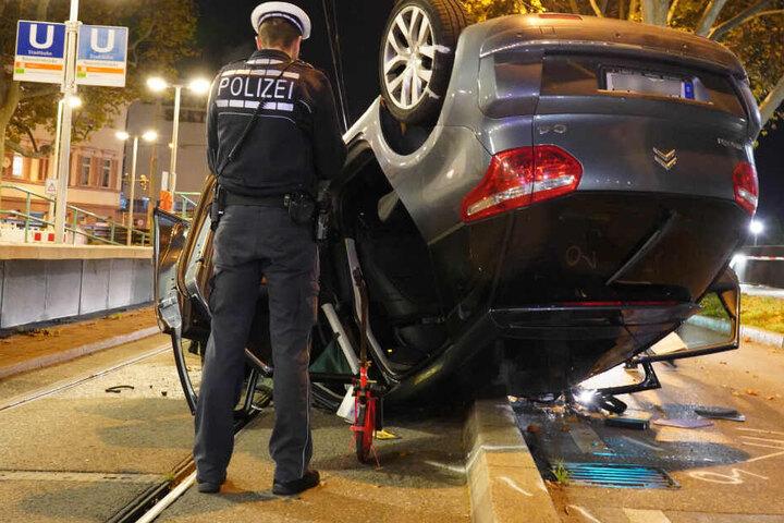 Ein Polizist nimmt den Unfall auf.