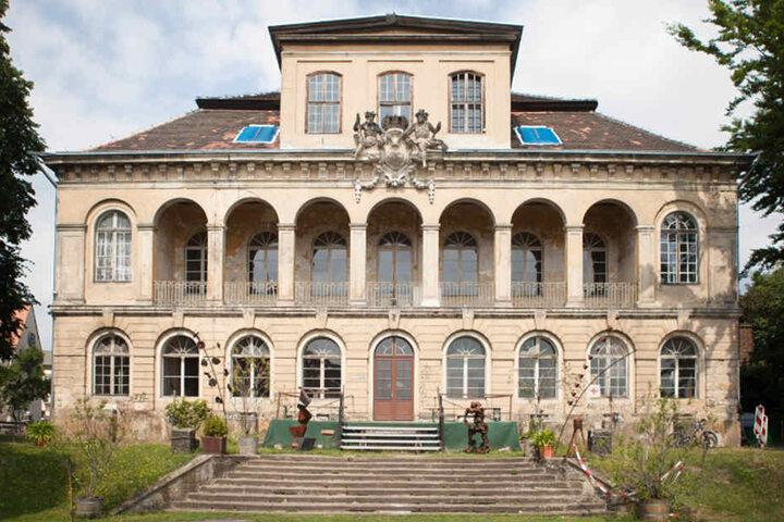 Schloss Übigau, erbaut von 1724 bis 26: Auch hier gab es einen Gondelhafen. Die Freitreppe zur Anlegestelle ist noch erhalten.