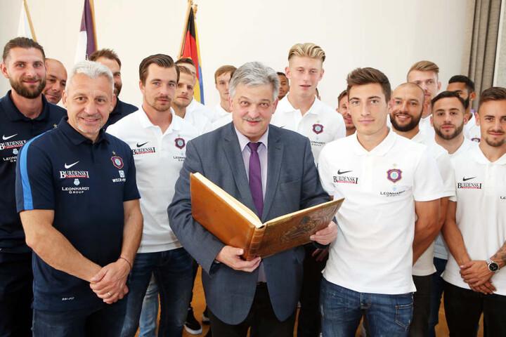 Aues Bürgermeister Heinrich Kohl mit den Spielern des FC Erzgebirge Aue
