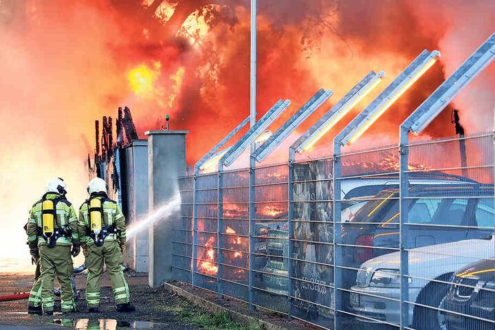 Der brennende Abschleppservice in der Erfurter Straße war einer der größten  Einsätze des vergangenen Jahres.