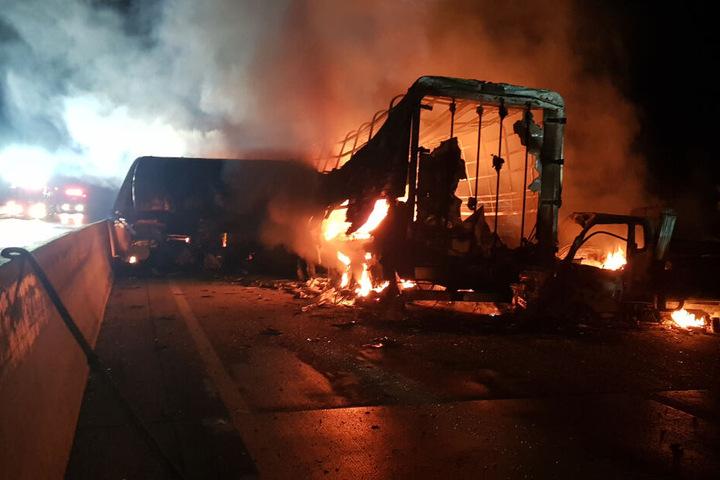 Fahrzeuge stehen auf einer Autobahn in Flammen.