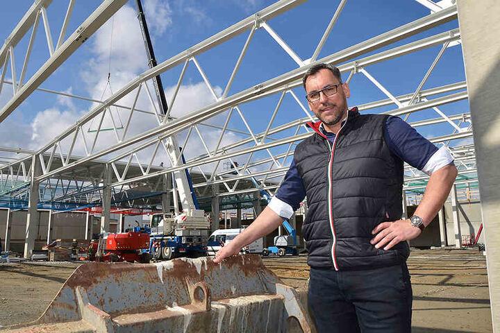Capron-Geschäftsführer Daniel Rogalski auf der Baustelle der neuen Produktionshalle.