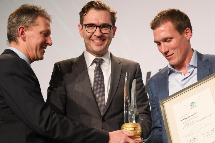 Moment der Auszeichnung (v.l.): Frank Wormuth und DFB-Generalsekretär Friedrich Curtius mit Ex-VfB-Coach Hannes Wolf.