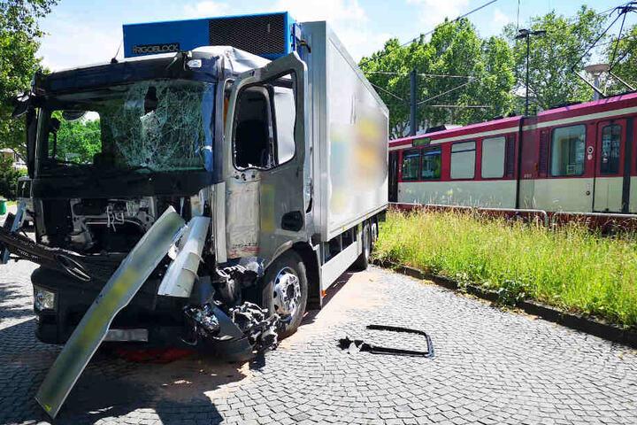Der Lastwagen wurde bei der Kollision schwer beschädigt.