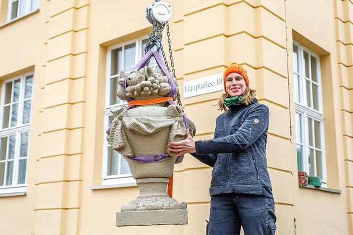 Diplom-Restauratorin Tina Dömling (46) mit einer der historischen Dachvasen am Kavaliershaus.