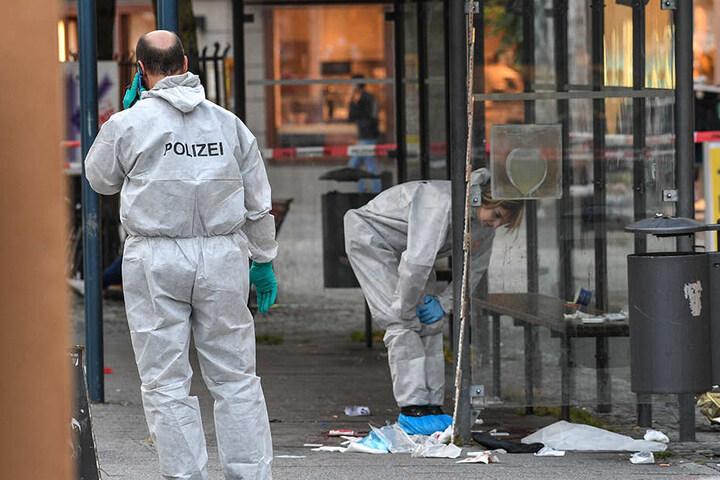 Kriminaltechniker der Polizisten sichern den Tatort auf dem Marienplatz.