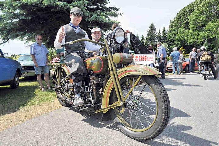 Horst Leinweber (76, 2.v.l.) mit Enkel Hannes Götze (15, l.) sind mit einer fast  90-jährigen Harley-Davidson in Lauta am Start.