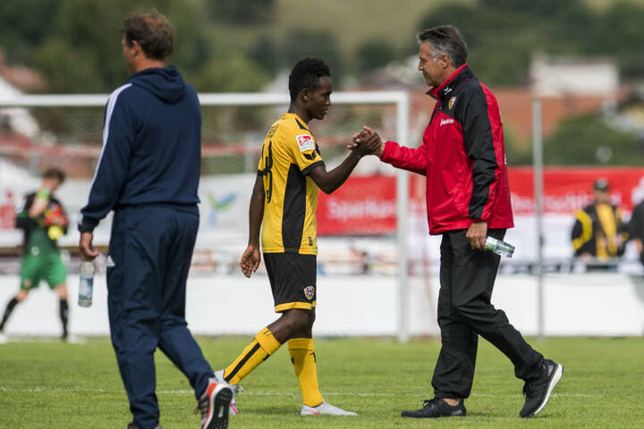 Trainer Uwe Neuhaus (rechts) sah beim jungen Äthiophier (gelb-schwarzes Trikot) noch Verbesserungsbedarf.