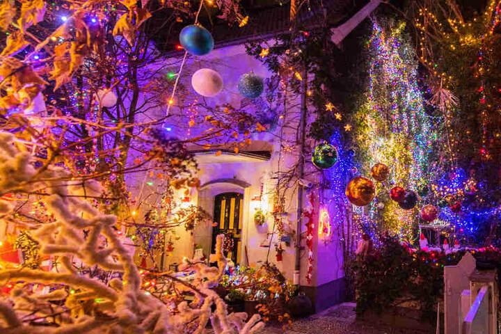 """Viele Spaziergänger kommen extra vorbei, um das """"Weihnachtshaus"""" zu bewundern."""