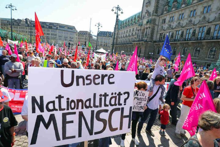 """""""Unsere Nationalität? Mensch"""" steht auf einem Transparent auf der Demonstration."""