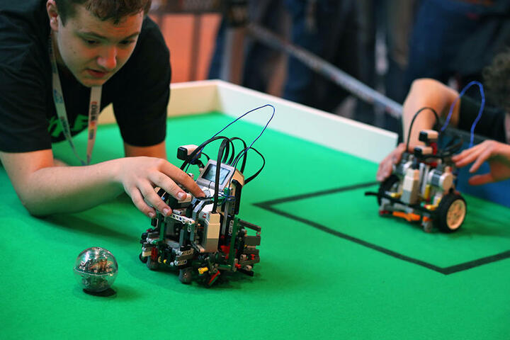 Lego-Roboter kämpfen im Heinz Nixdorf MuseumsForum gegeneinander.