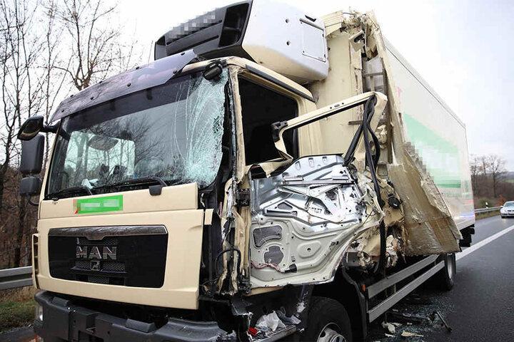 Der Lkw wurde stark beschädigt.