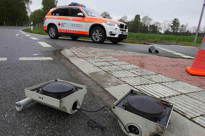 Der Renault wurde gegen einen Ampelmast geschleudert.