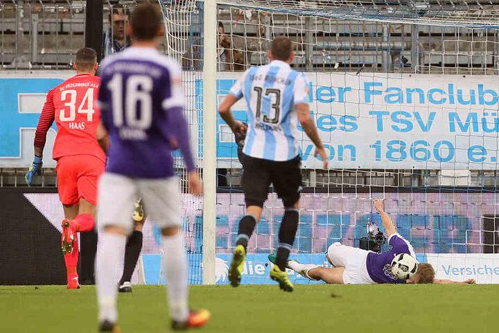 Die kurioseste Szene der gesamten Saison: Sebastian Hertner (am Boden) klärte in München den Ball artistisch mit dem Kopf, sah Rot.