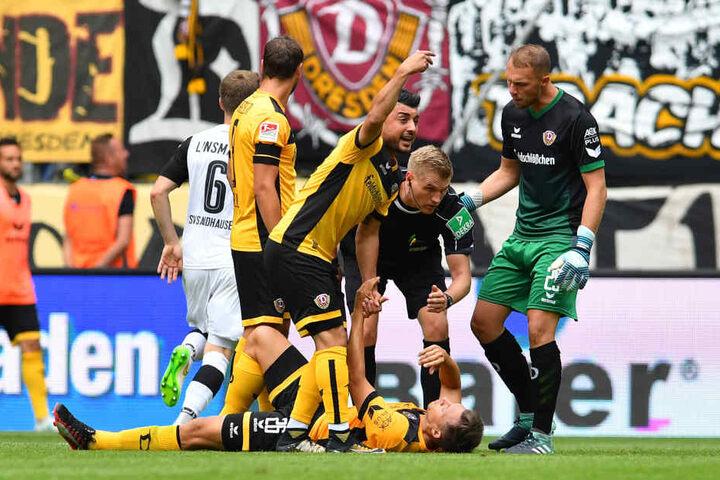 Das sah gar nicht gut aus: Sören Gonther liegt verletzt am Boden, hatte sich das Knie verdreht. Am Abend gab's Entwarnung.