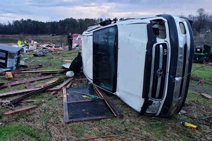 Der Sturm soll Trümmer rund 60 Meter weit getragen haben.