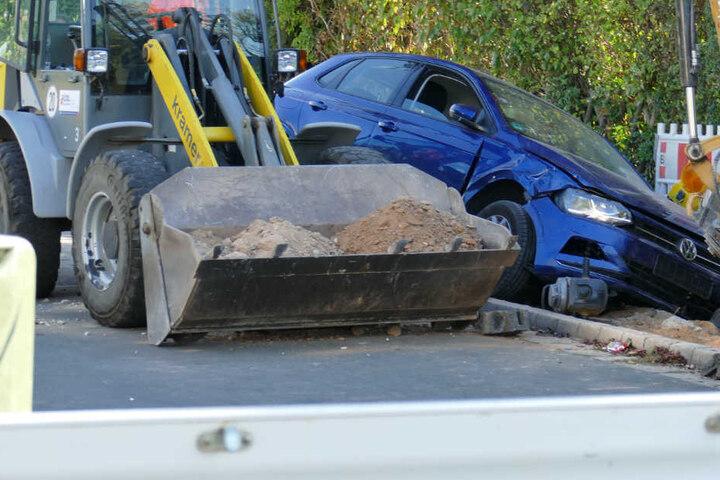 Ein VW Polo krachte in Erlangen in eine Baustelle, drei Menschen wurden bei dem Unfall verletzt.