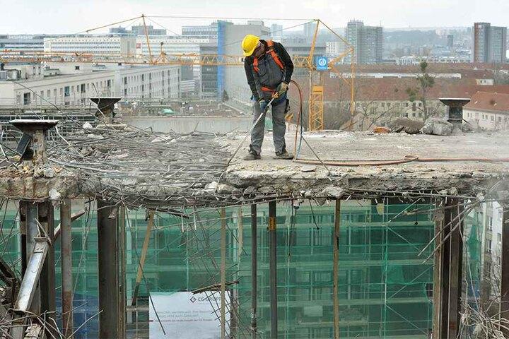 Bis Sommer sollen die 13 Mitarbeiter der Firma Caruso Umweltservice aus Großpösna mit dem Abbruch fertig sein.