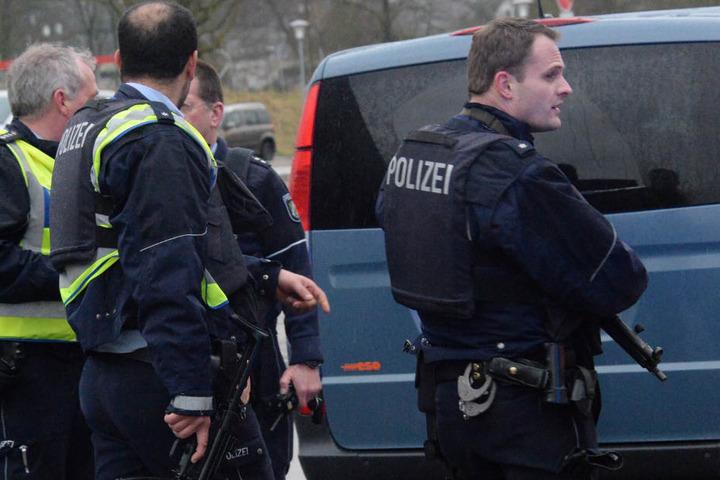 Die Polizei rückte direkt mit einem Großaufgebot an der Schule an.