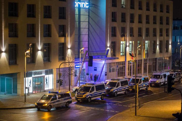 Mit einem Großaufgebot war die Polizei in Erfurt unterwegs. Die Tabledancebar am Spielepalast hat nach Polizeiinformationen nichts mit der armenischen Mafia zutun.