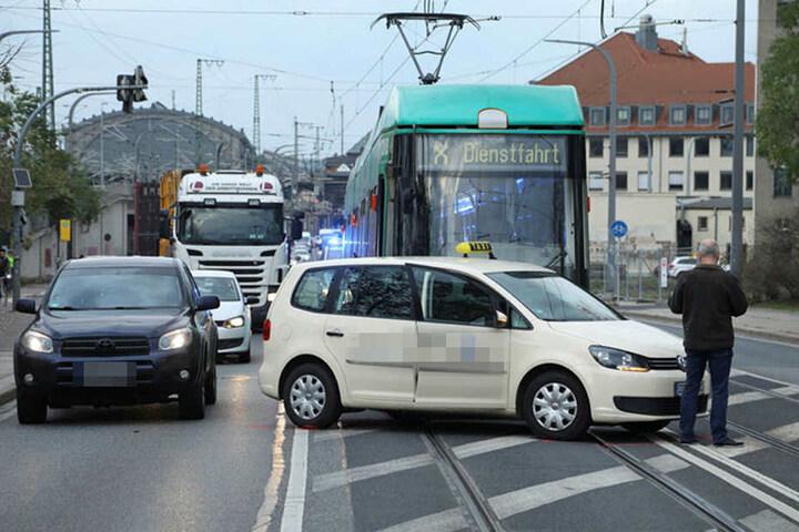 Der letzte große Unfall auf der Brücke ist gerade einmal eine Woche alt. Damals kollidierte ein Taxi mit einer Straßenbahn.