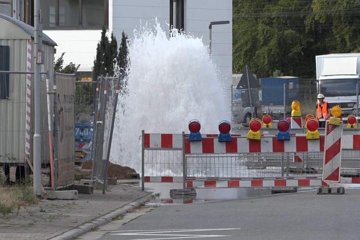 Schon am Montagmorgen kam es zu dem Schaden am Wasserrohr, am Nachmittag brach es dann komplett auf.