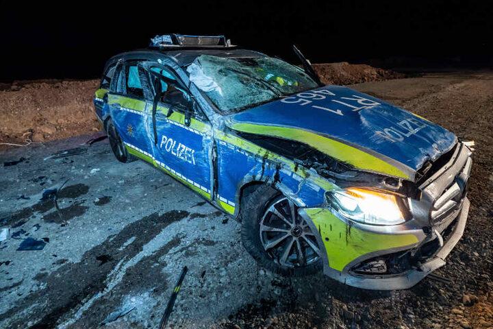 Das Polizeiauto wurde bei dem Unfall völlig zerstört.