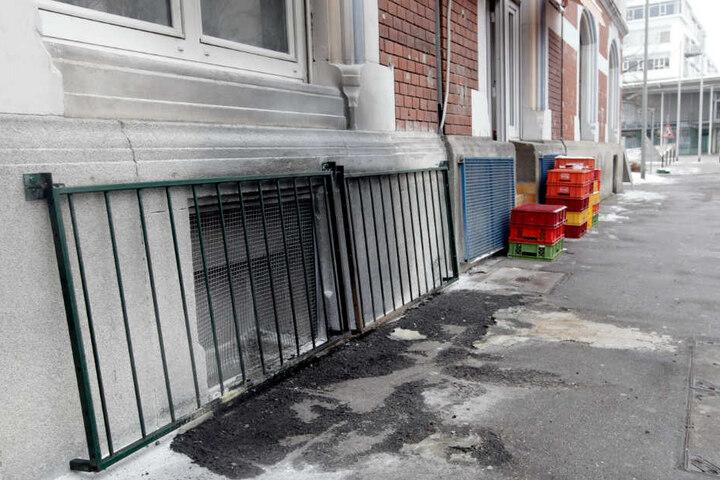 Rußspuren sind im April auf dem Gehweg vor einem vergitterten Fenster eines Hauses, das als Moschee genutzt wurde, zu sehen.