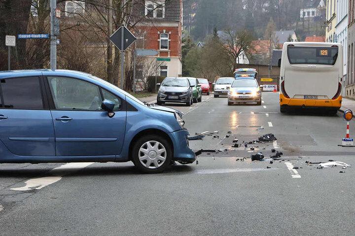 Ein Renault krachte auf einer Kreuzung in einen Bus.