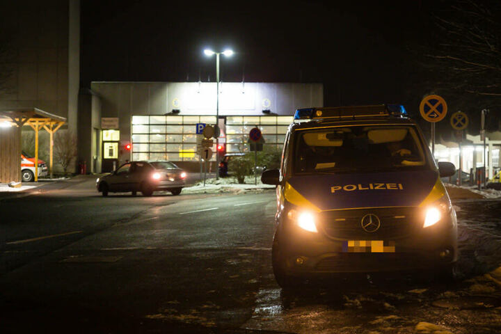 Noch immer sucht die Polizei nach dem seit Donnerstagabend flüchtigen 20-Jährigen.