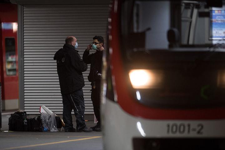 Spezialisten der Polizei sichern am auf einem Bahnsteig des Hauptbahnhofs Spuren.