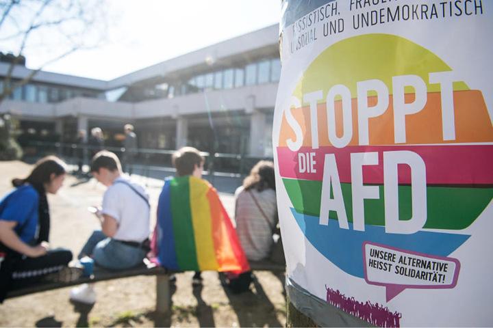 Rund 40 Personen hatten vor dem Veranstaltungsgebäude gegen die AfD demonstriert.