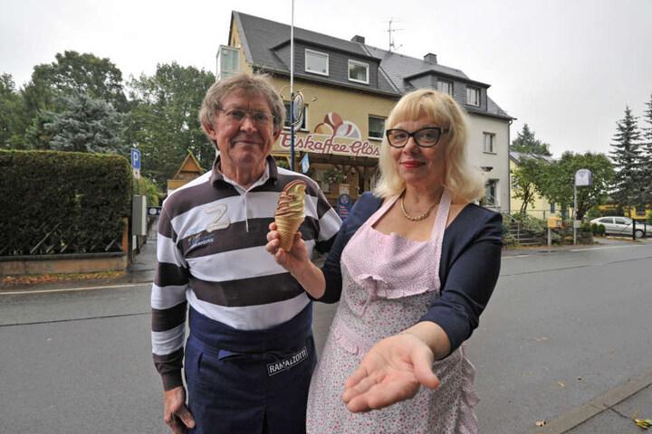Peter und Gabriele Kölb vor ihrem Eiskafee in Glösa.