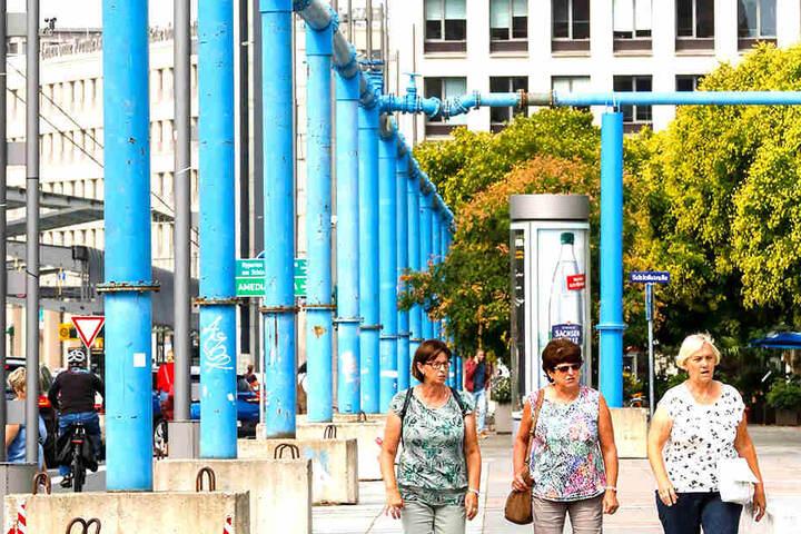 Über blaue Leitungen wird das Wasser momentan von einer Neumarkt-Baustelle in Richtung Kulti-Tiefbrunnen gepumpt.