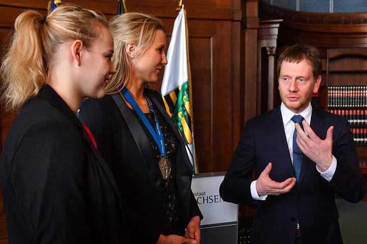 Sachsens MP Michael Kretschmer im Gespräch mit Michelle Petter (l.) und Mareen Apitz.