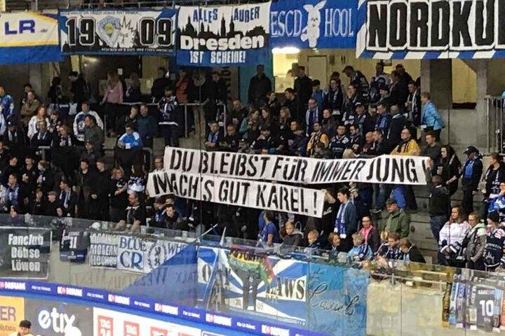 Die Fans der Eislöwen gedachten an den am Dienstag verstorbenen Karel Gott.