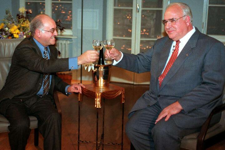 """Zu ihm kamen sie alle: """"Bio"""" stößt mit dem damaligen Bundeskanzler Helmut Kohl am 10. September 1996 in seiner Talkshow """"Boulevard Bio"""" an."""