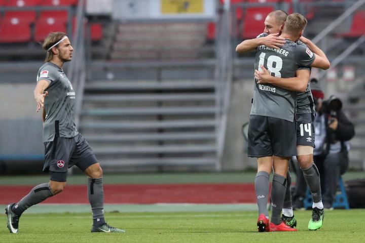Der Nürnberger Michael Frey (r.) jubelt mit seinen Kollegen Hanno Behrens (M.) und Felix Lohkemper über seinen Führungstreffer zum 1:0.