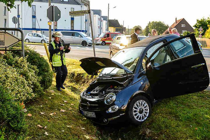 Das Cabrio blieb mit Totalschaden im Graben liegen.