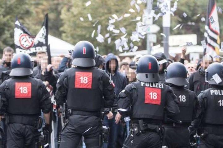 Polizeieinsatz während eines Fußballspiels.