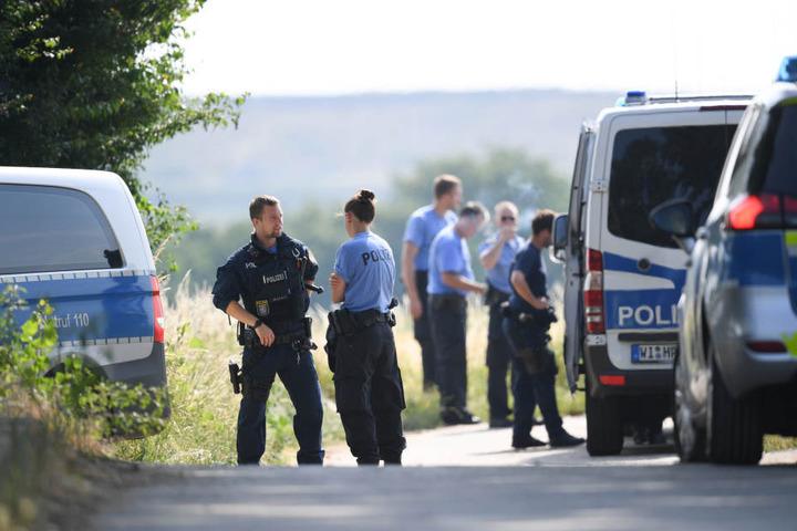 """In Folge eines Zeugenhinweises begann die Suche der Polizei am schwer zugänglichen Gelände """"Unterm Kalkofen""""."""