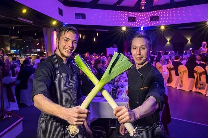 """Für den kulinarischen Hochgenuss """"kämpfen"""" die Köche Kevin Aue (21) und Patryk Zajac (25, v.l.) hinter den Kulissen mit Porree und Co."""