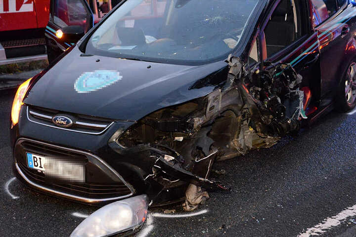Bei dem Ford brach das linke Vorderrad weg.