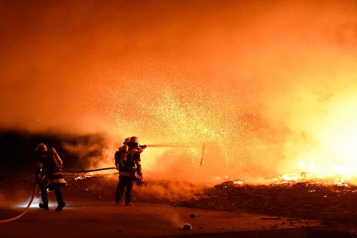 Die Flammen schlugen über die Brückenbrüstung.