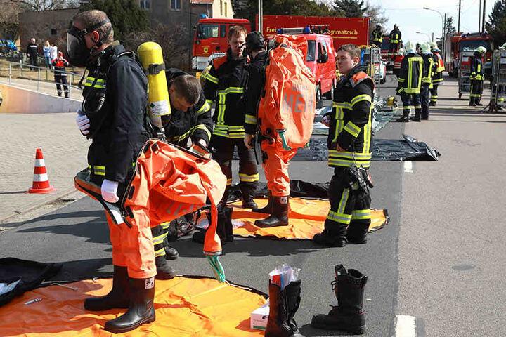 Kameraden der Feuerwehr banden die giftige und auslaufende Substanz.