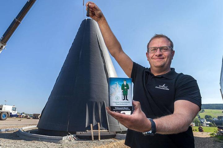 Firmenchef Mirko Paul (39) setzt symbolisch die Spitze auf die einmal 15 Meter Hohe und 9 Meter Durchmesser zählende Kerze.