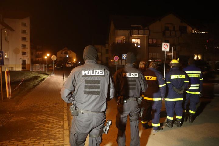 Wohngebiet in Unterwellenborn. Dort soll ein 35 Jahre alter Mann eine Frau getötet sowie eine zweite Frau und ein Kind schwer verletzt haben.
