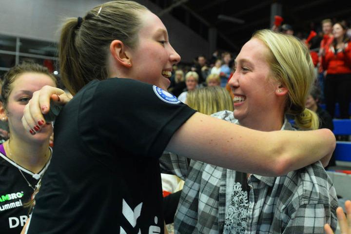Herzliches Wiedersehen: Ex-DSC-Spielerin Michelle Bartsch (re.) und ihre Trauzeugin und jetzige DSC-Mittelblockerin Erin Johnson.