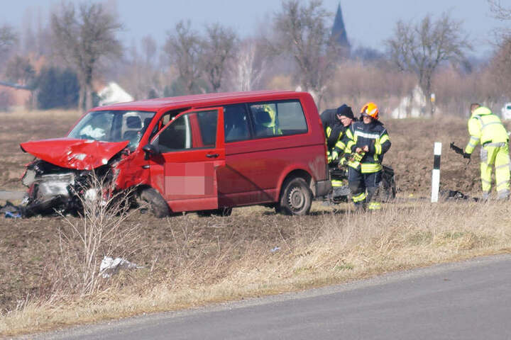 Auch die Fahrerin des roten VW-Transporters wurde schwer verletzt.