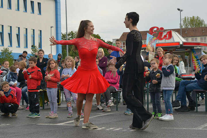 """Auch Tänzer waren beim ersten """"Sporty"""" im Bereich des Stadions in der Gellertstraße mit dabei."""